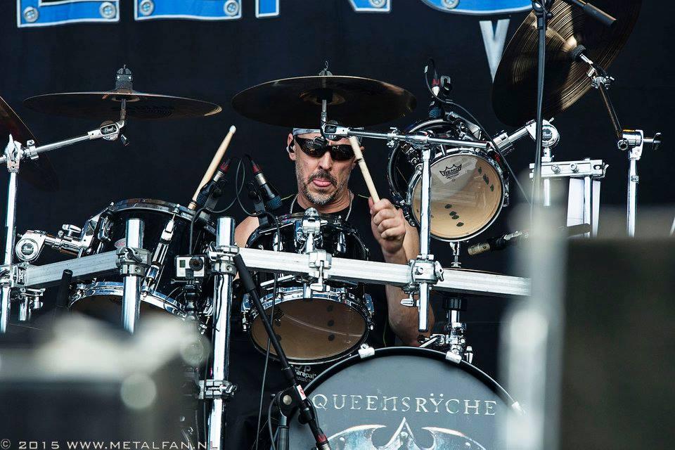 Originele drummer Queensrÿche klaagt ex-collega's aan